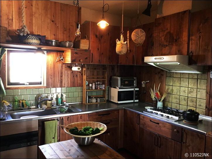 無垢材とタイルとアイアンのキッチンをDIY